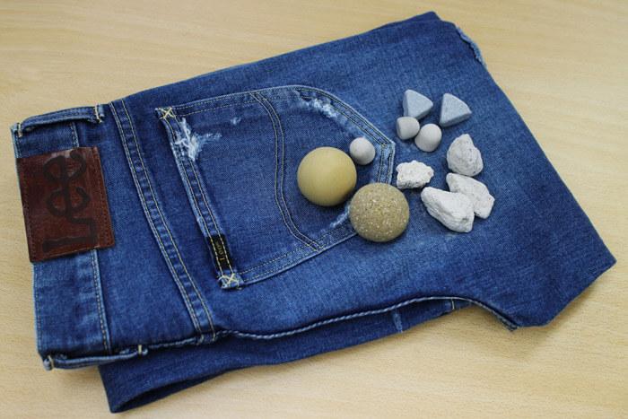 ジーンズの洗い加工に使用されている石。天然石や人工石など、加工方法によって使い分けている